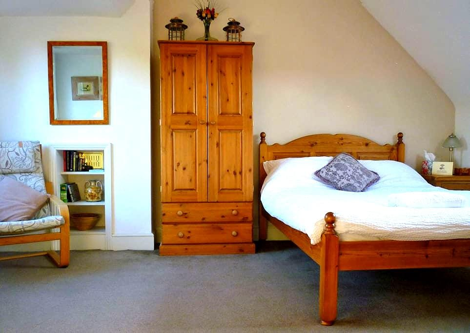Double bedroom with private bathroom in Kingston - Kingston upon Thames - House