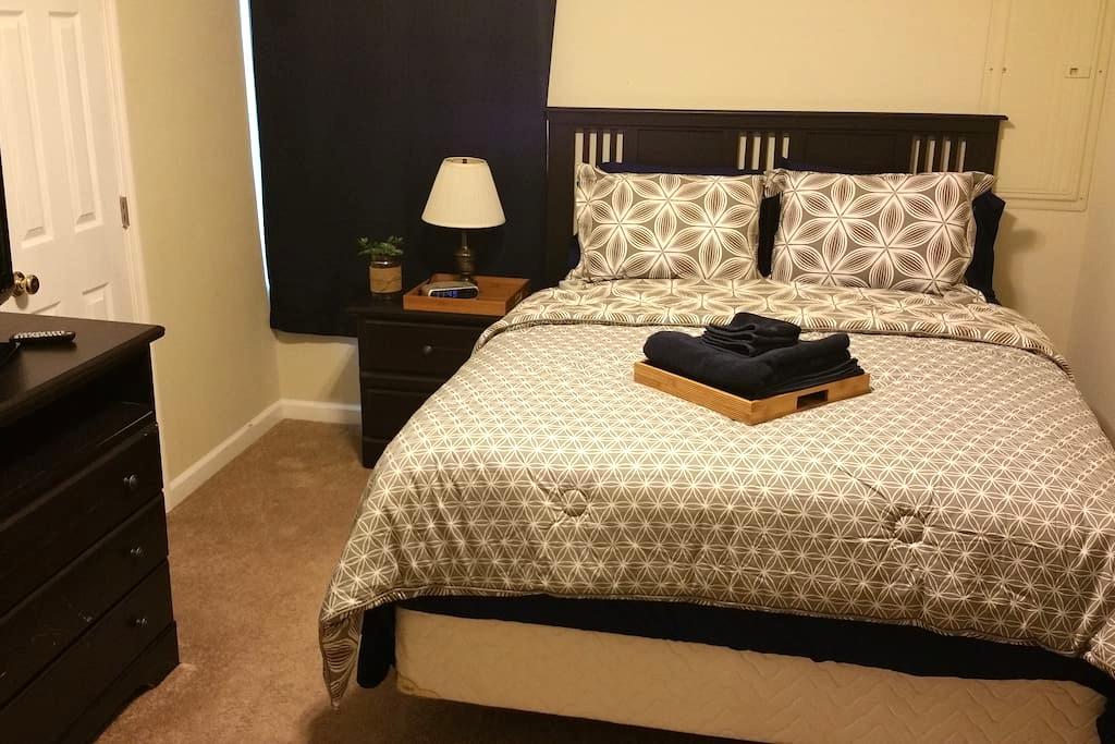 Queen bed w/ ensuite bath - Room 4 - Charleston