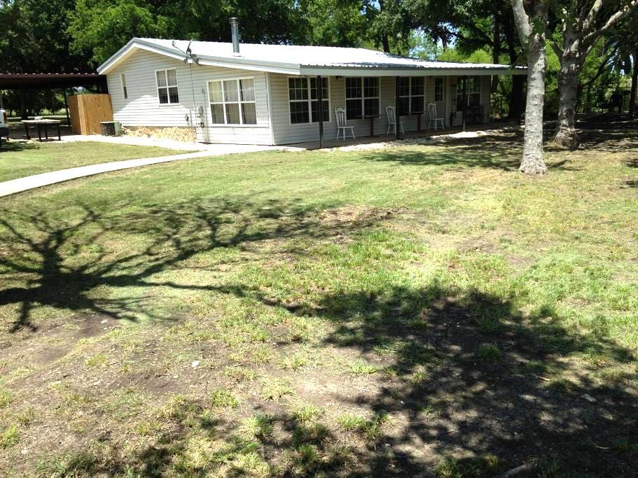 Cross C Ranch Cabin, 3BR2B, on 112 acres near Waco - McGregor - 小木屋