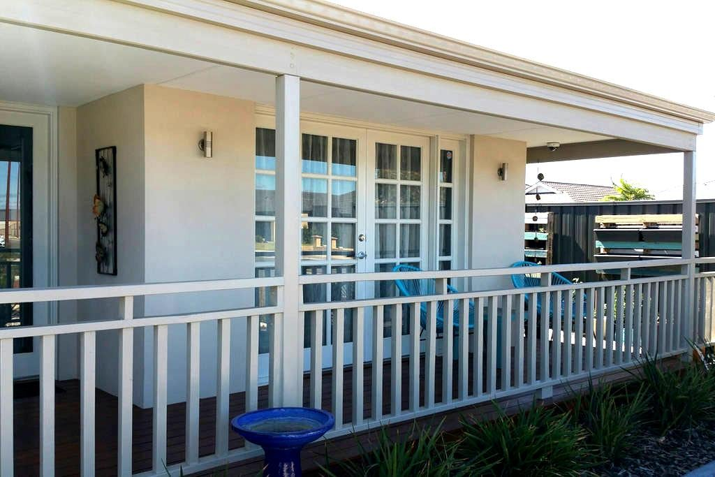 2 bedrooms, bathroom & lounge, 30 mins to airport - Southern River