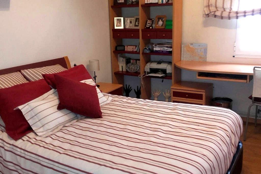 Habitación granate con cama grande - Burela