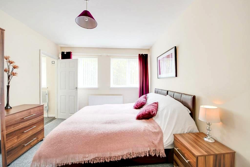 MARKET PARADE (modern 4 bed apt) - Havant