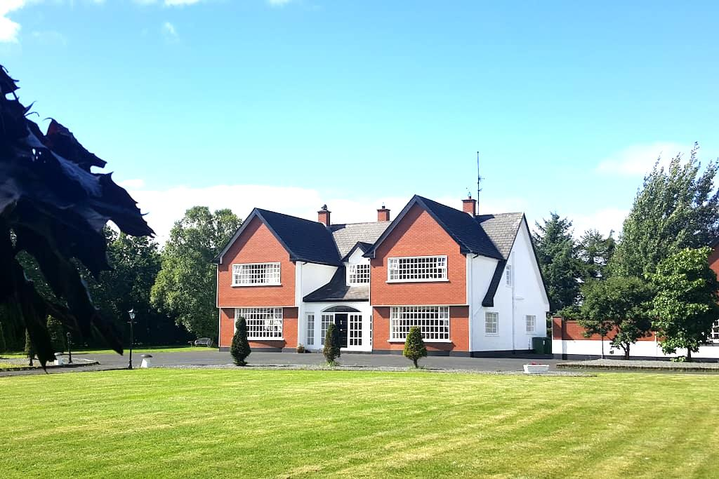 Large double room in country house - full en suite - The Ward - House