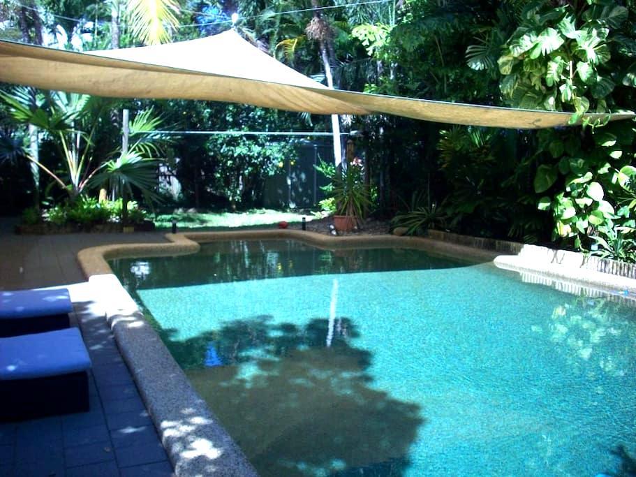 Resort style accommodation 1, 3min walk to Beach - Holloways Beach - House