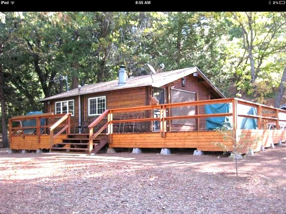 Cozy Log Cabin in the Giant Sequoias - สปริงวิลล์ - กระท่อม