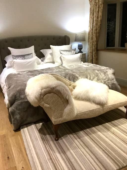 Spacious luxury g/f suite of rooms - Newdigate - House