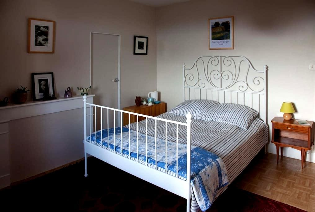 Peaceful double bedroom with view. - Montesquieu-Volvestre - Inap sarapan