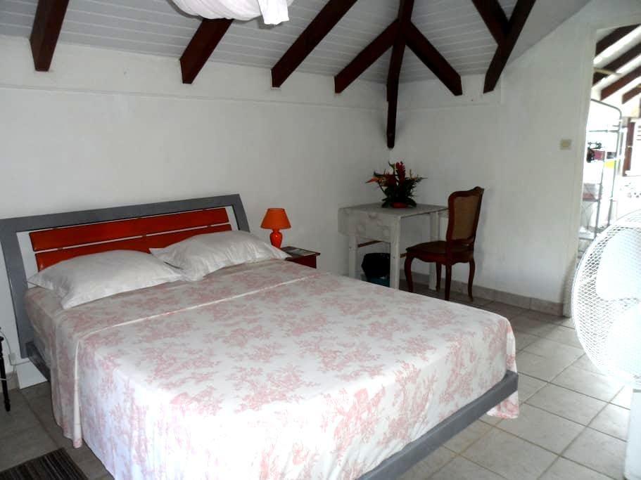 Jolie chambre aux sanitaires privés - La Trinité - Vila