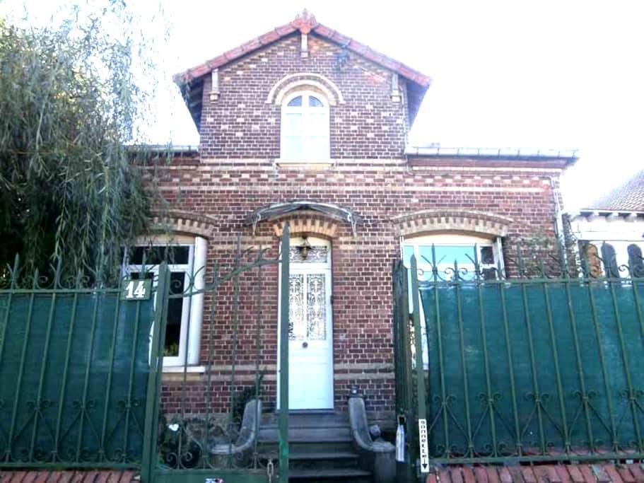 Chambre 1 ou 2 personnes GARE CENTRE / AEROPORT - Beauvais - House