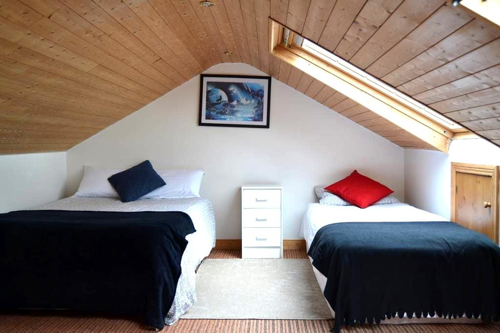 Spacious Attic Room in North Dublin City - Donaghmede - Casa