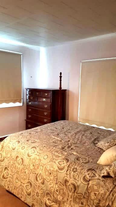 Simple pvt bedroom.  Queen size bed - Rochester - Rumah