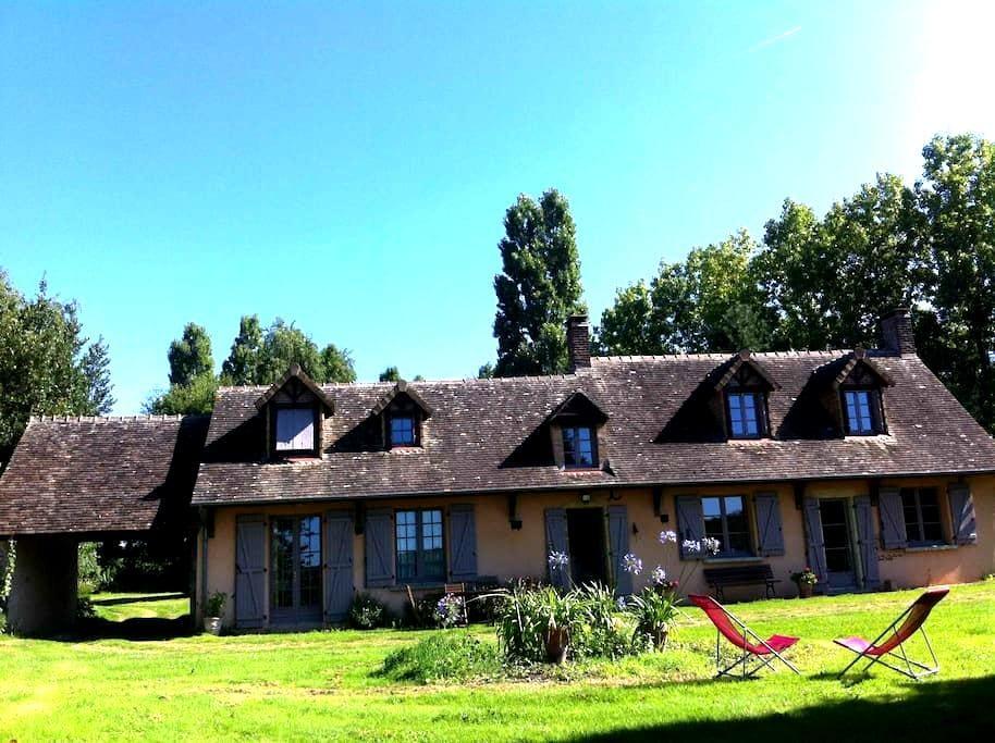 Belle maison ancienne dans un parc - Saint-Michel-de-Chavaignes