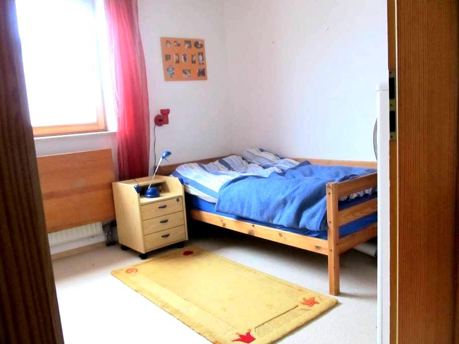 Zimmer in einer Doppelhaushälfte - Budenheim - Casa