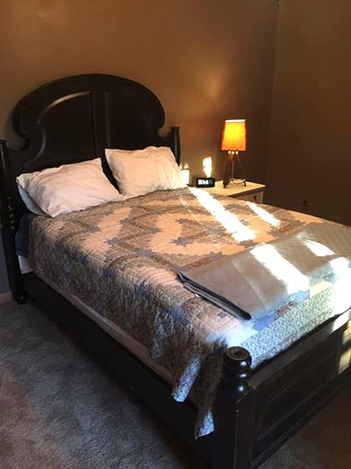 Bedroom with Queen Bed - Hollywood - Daire