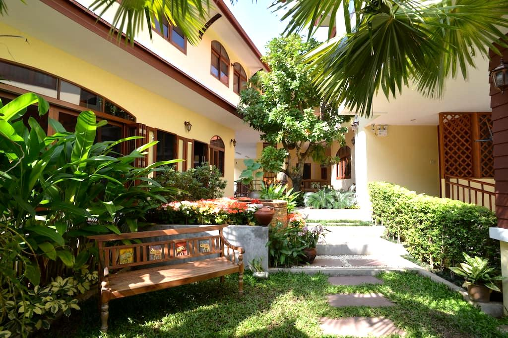 Exquisite Lanna Living in old city - Chiang Mai - Bed & Breakfast