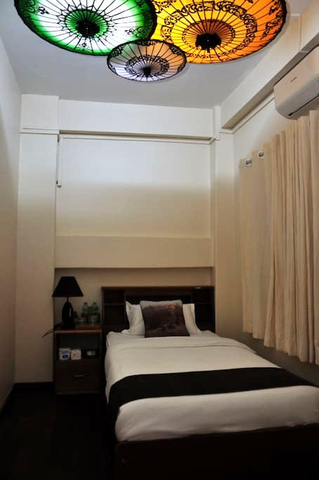 Single room with external private bathroom - Yangon - Bed & Breakfast