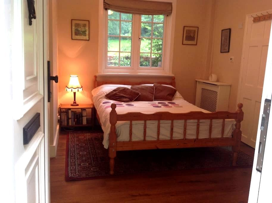 Double Room with en suite and own private lounge. - Merstham - Appartement