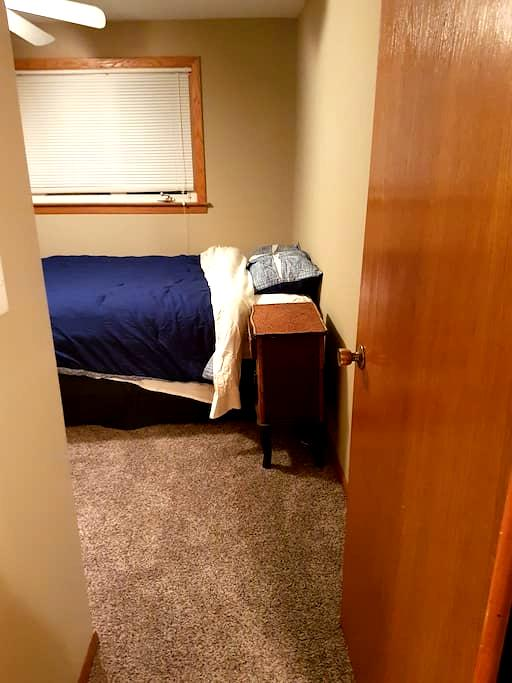 Midway airport queen bed with off street parking - Chicago - Apartemen