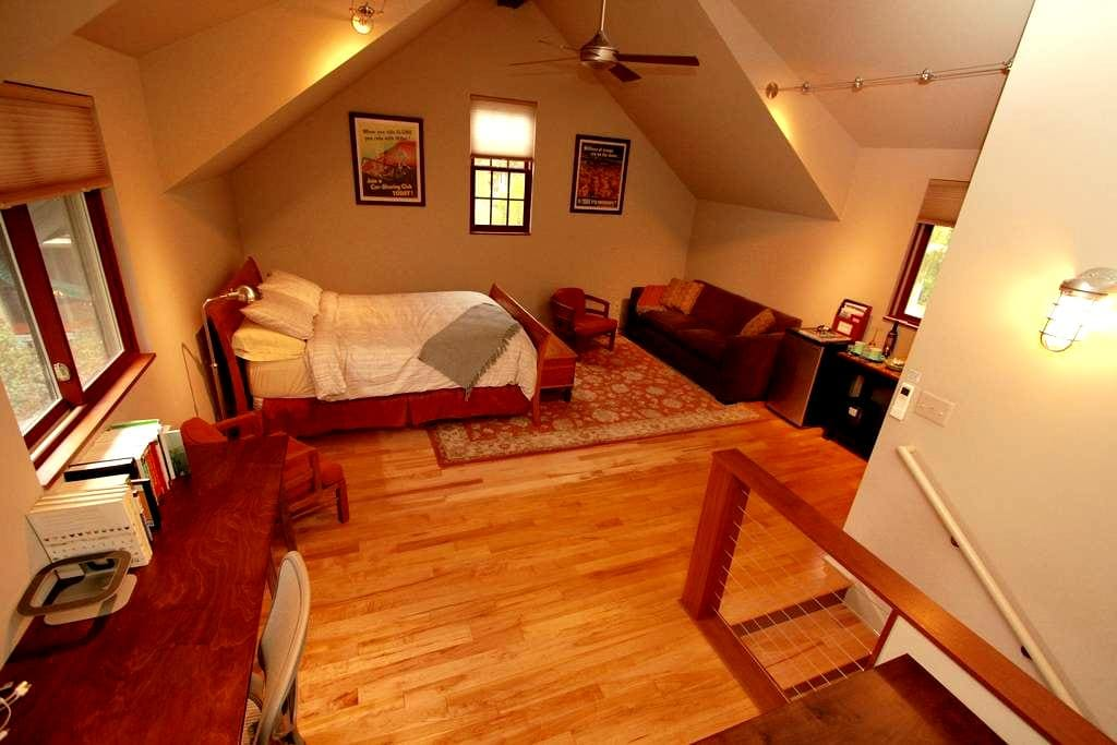Private Downtown Carriage House Studio Loft - Ann Arbor - Gästhus