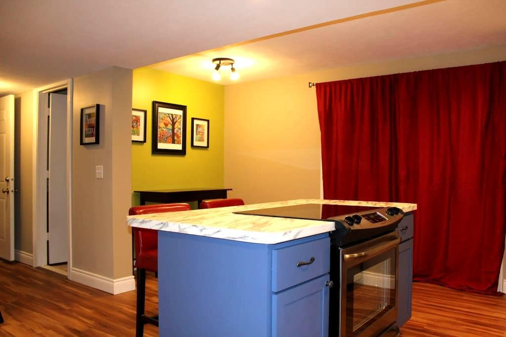 Light and Bright Suite on a Wooded Lot, Private! - Chatham - Apartment