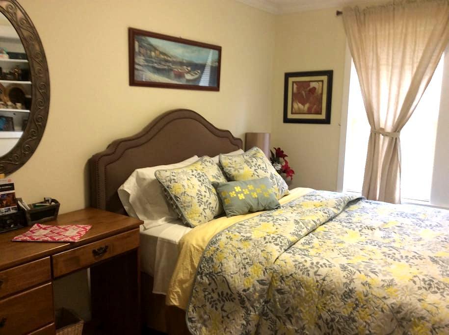 Quiet Retreat at Casa Esmeralda 2 - Lakewood - Bed & Breakfast