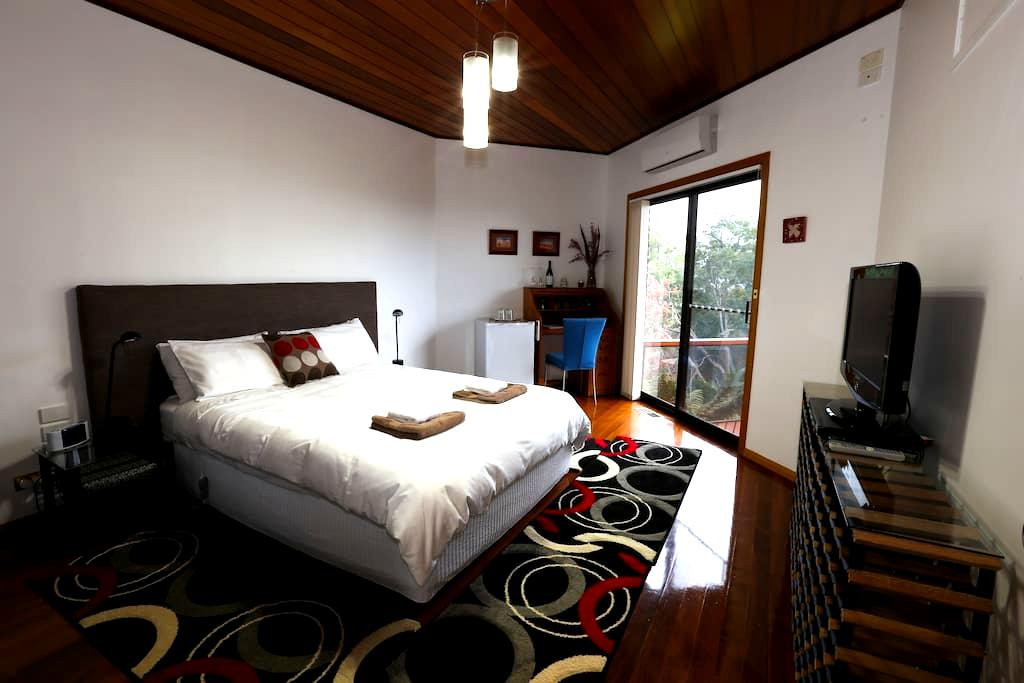 QS Bed, Ensuite, Balcony, WIFI! - Gawler - Bed & Breakfast