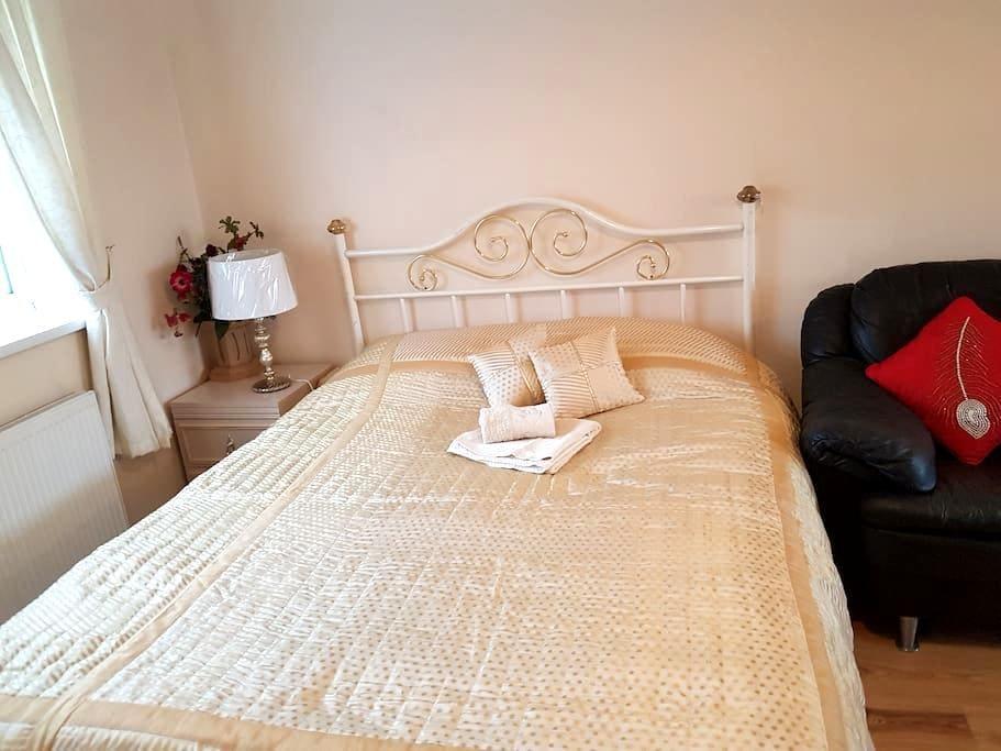 Well-presented en-suite room close to London - Harrow - Ev