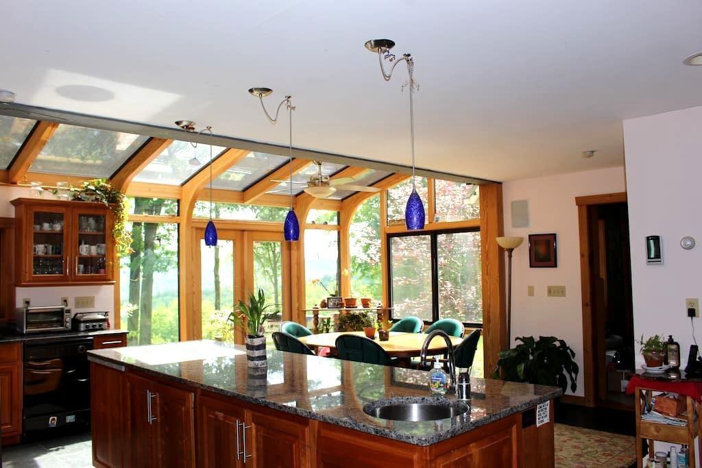 Williamsburg Home with Kitchen Solarium - Williamsburg - Casa