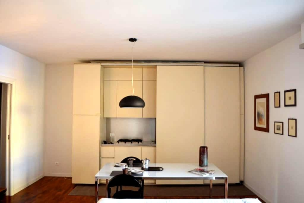 Bright and spacious three room flat - Piacenza - Appartement