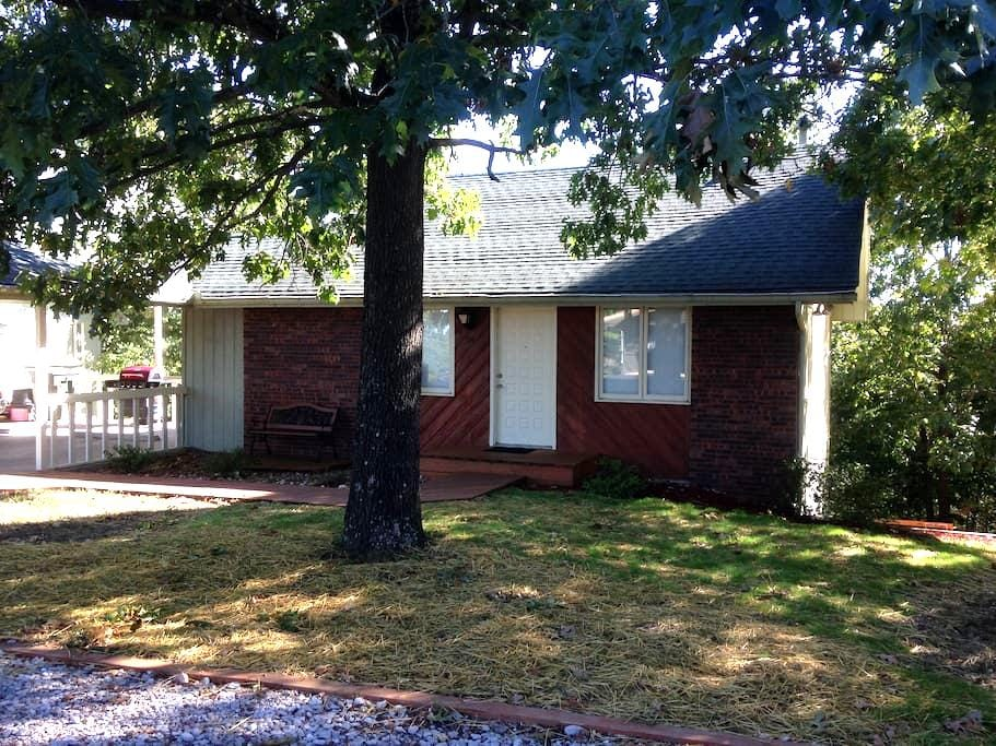 Kris Jackson Ministries Guesthouse - Reeds Spring - Hus