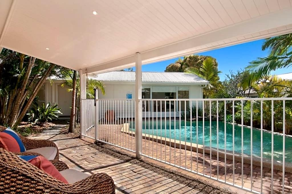 Funky self contained beach cottage - Sunrise Beach