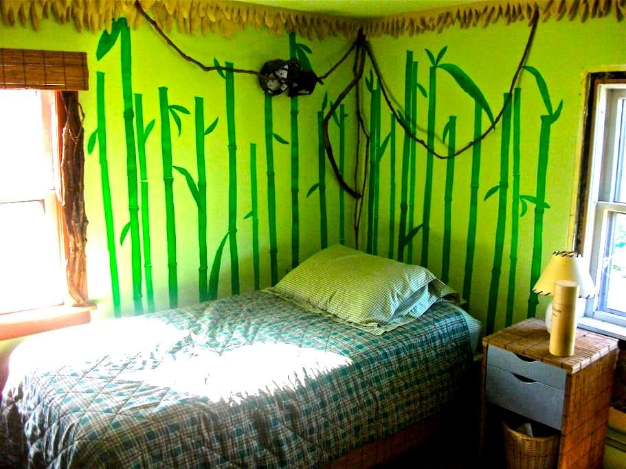 Bright bamboo bedroom in Vermont - Брэдфорд