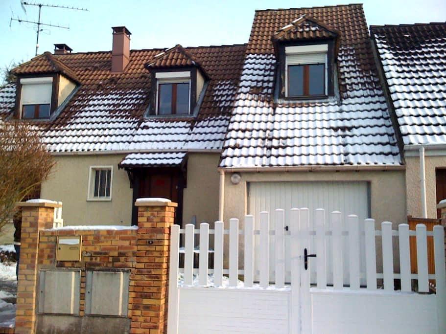 Grande Maison en banlieue Parisienne - Bernes-sur-Oise - Hus
