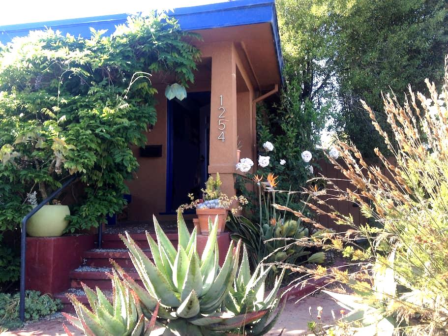 Pvt. Room/Bath in quiet Craftsman - Emeryville - Casa