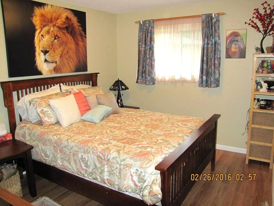 Lovely room on quiet street - Parksville - House