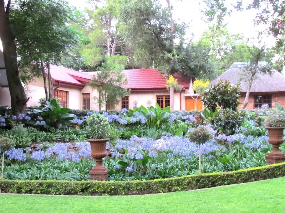 Cosy cottage in tranquil garden - เซนตูเรียน - อพาร์ทเมนท์