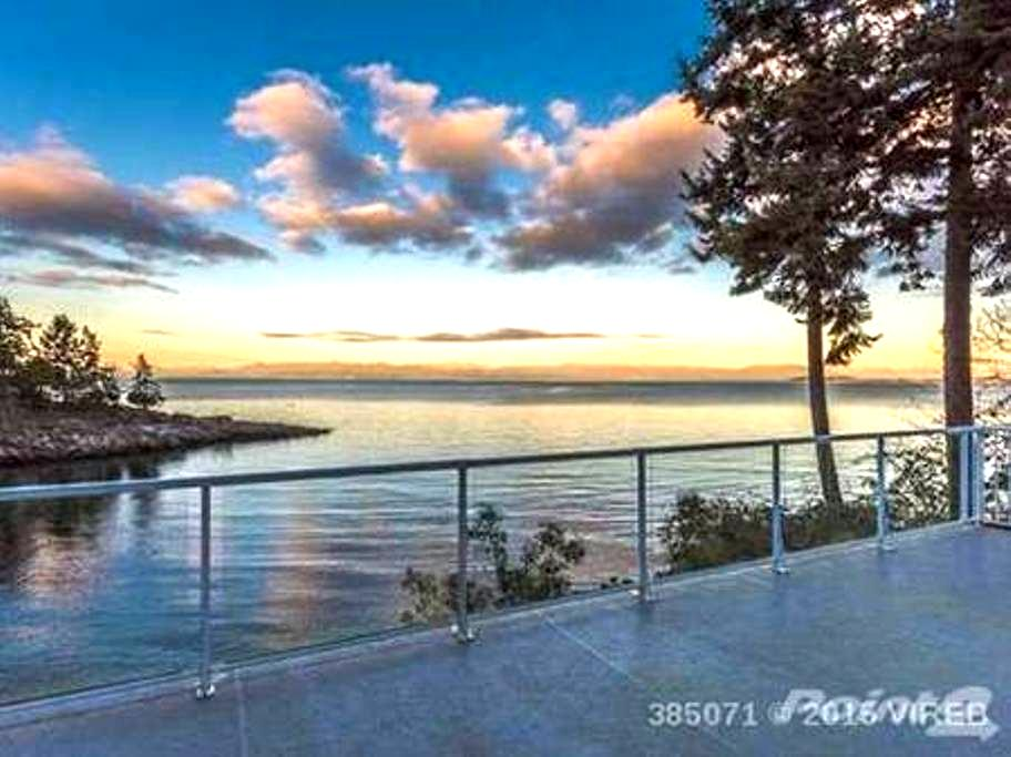 Dolphin Beach Oceanfront Cottage - Nanoose Bay - Maison