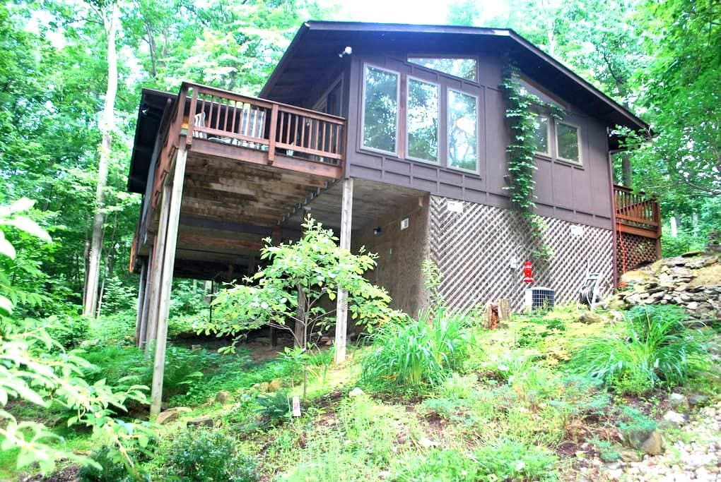 Cabin in the Woods-Hot Tub Treehouse Near Winery - Linden - Cabaña