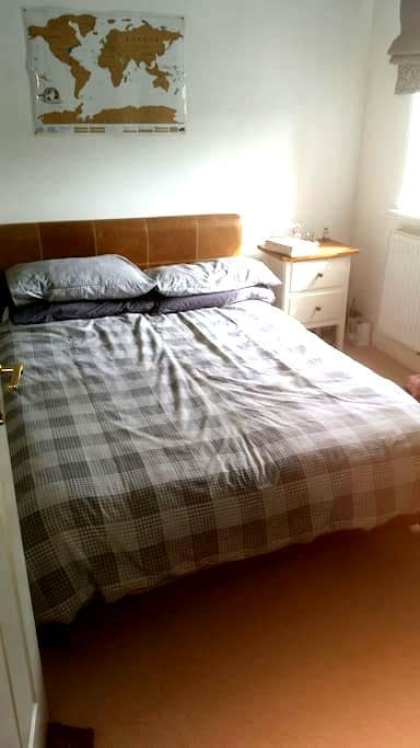 Bright double room in 4 bed house - Middleton Cheney - Ev