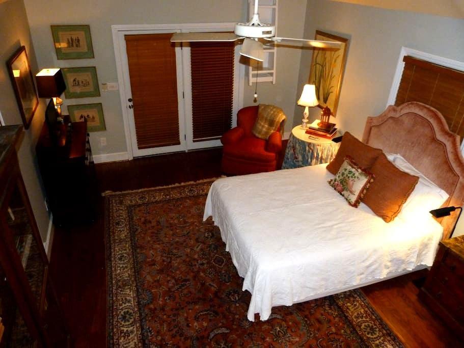 Historic Twickenham ~ Private Carriage House ~ - Huntsville - Huis