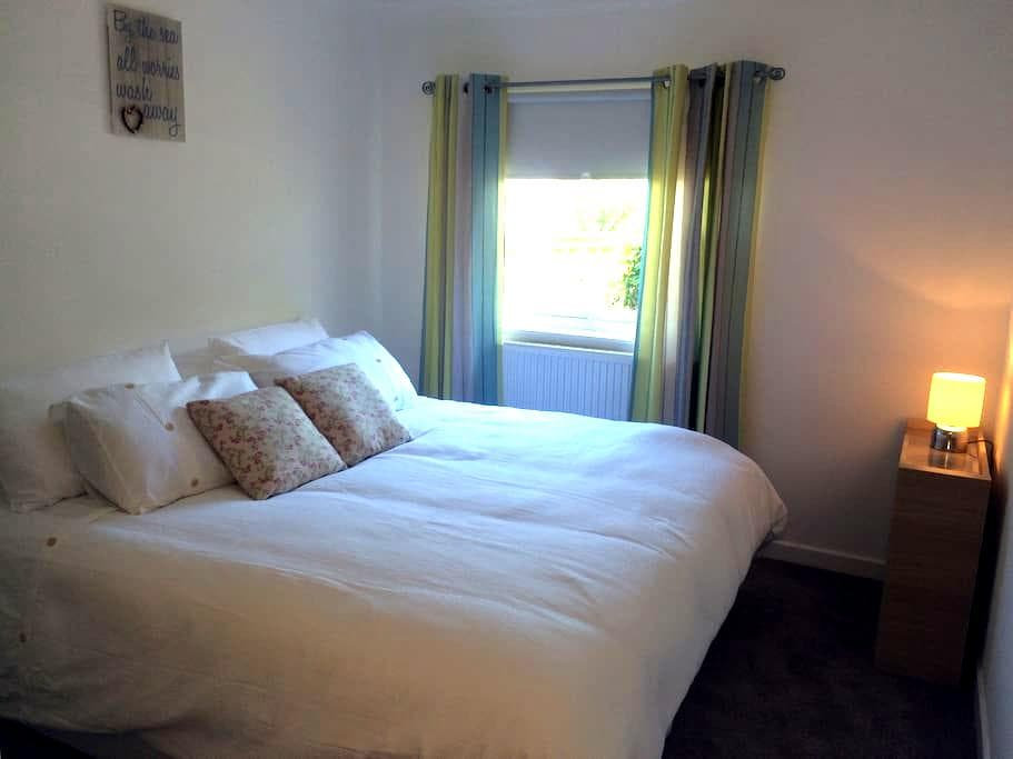 Fresh and bright room, near beach - Troon - Lakás