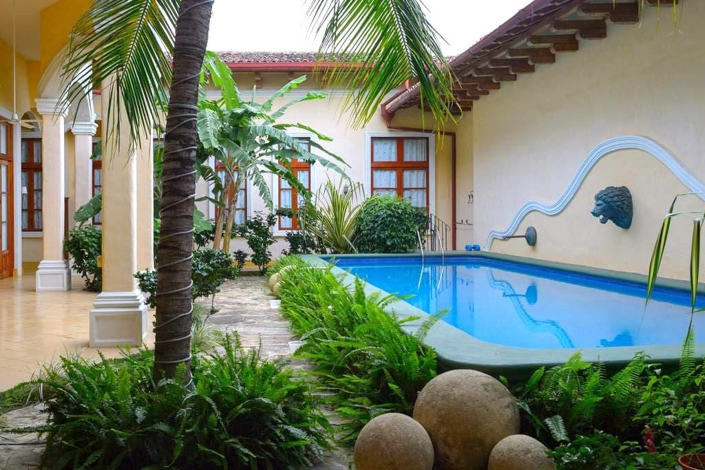 Historic colonial home in central Granada - Granada - Huis