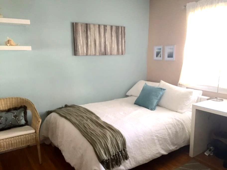 Ljust rum i bra familje område - Long Beach - Talo