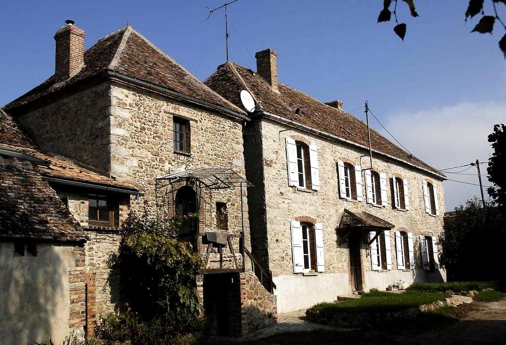 Sérénité dans une ferme en pierre du XVIIème - Villebougis