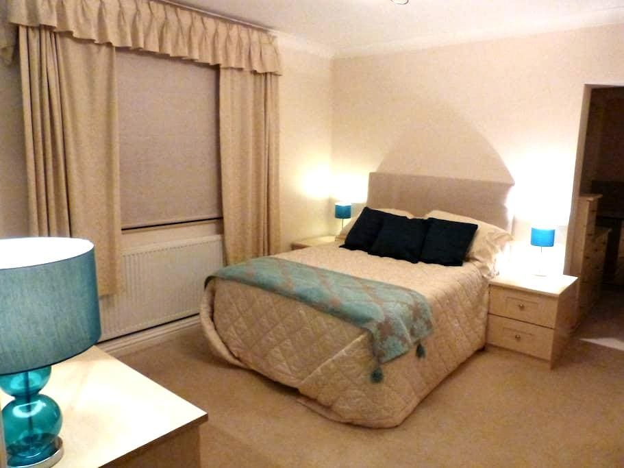 Large suite close town & railway - Chelmsford - Casa