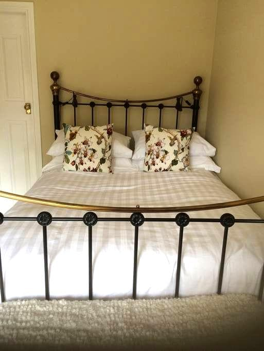 Peaceful private room, own ensuite incl. breakfast - Chesterfield