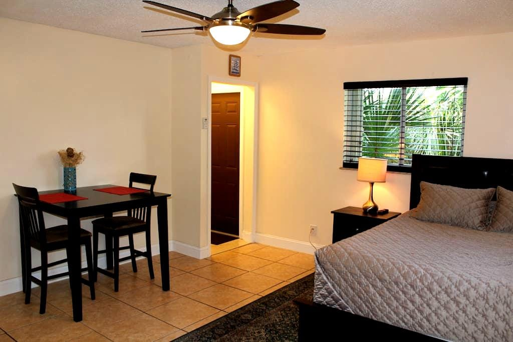 Large studio for couples & business travelers! - Delray Beach - House
