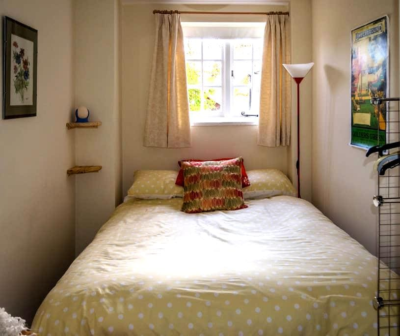 Pretty room in riverside cottage. - Romsey - Casa