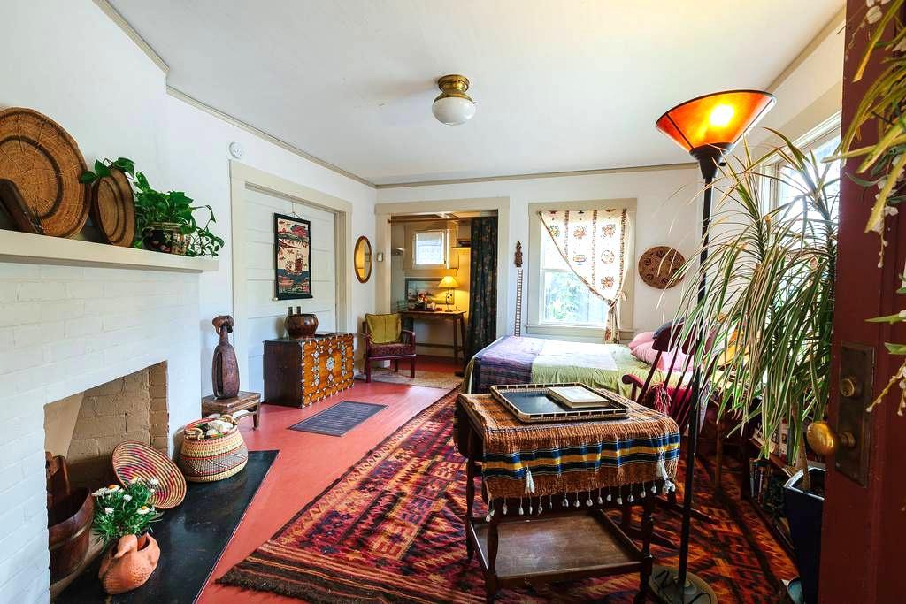 Textile/tea maven's front room - Santa Cruz - Dom