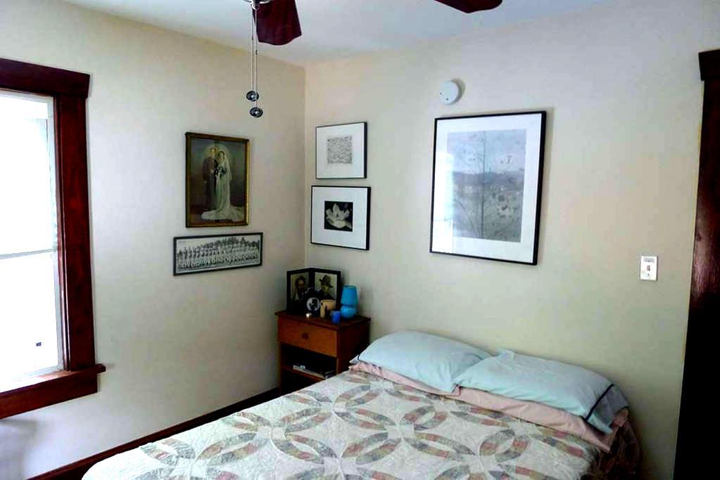 QUIET SUNNY ROOM IN ARTIST'S HOUSE  - 뉴버그(Newburgh)